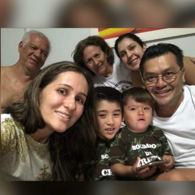 Vestidinhos de soldados, essa é a última foto que eles têm em família, junto dos tios-avós e da prima que está cuidado dos meninos. (Foto: Arquivo Pessoal)