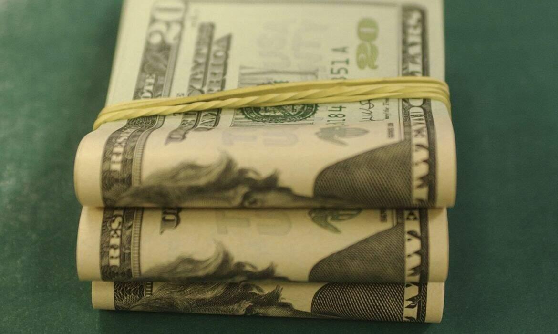 Montante com notas de dólares. (Foto: Marcello Casal Jr/Agência Brasil)