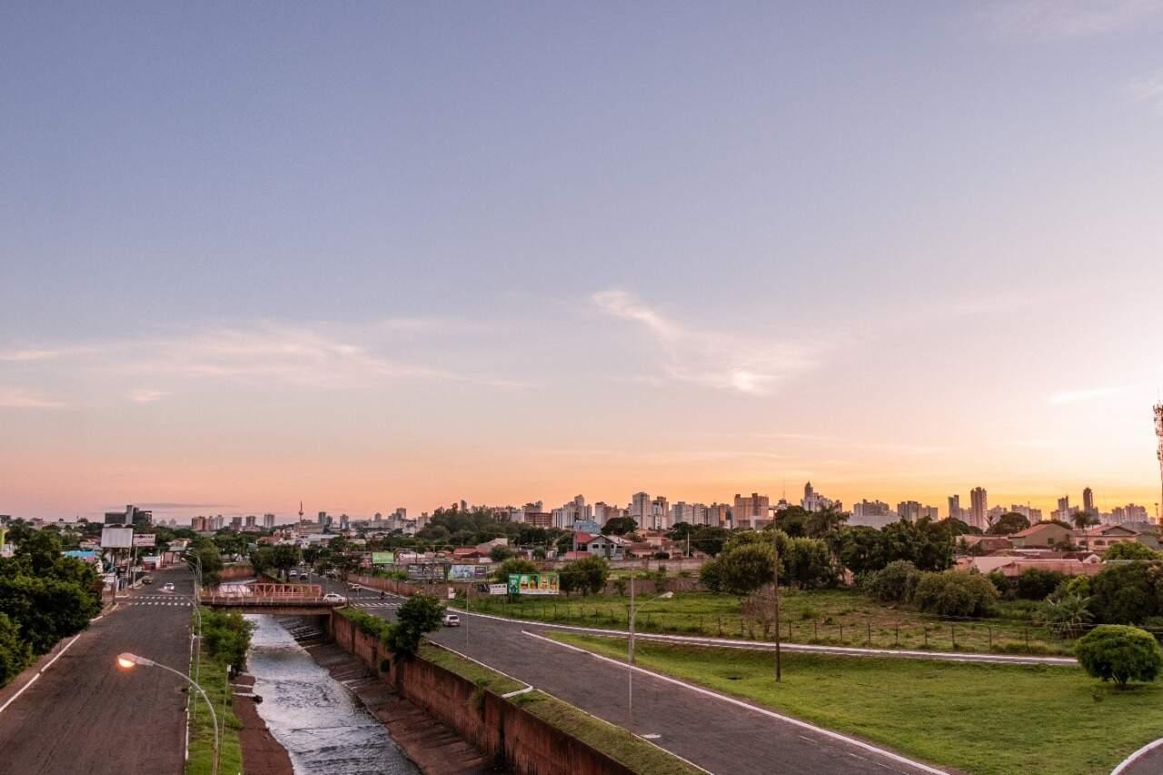 Horizonte na Avenida Ernesto Geisel em Campo Grande nesta manhã (Foto: Henrique Kawaminami)