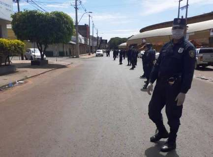 Polícia paraguaia faz barreira humana para impedir circulação na fronteira