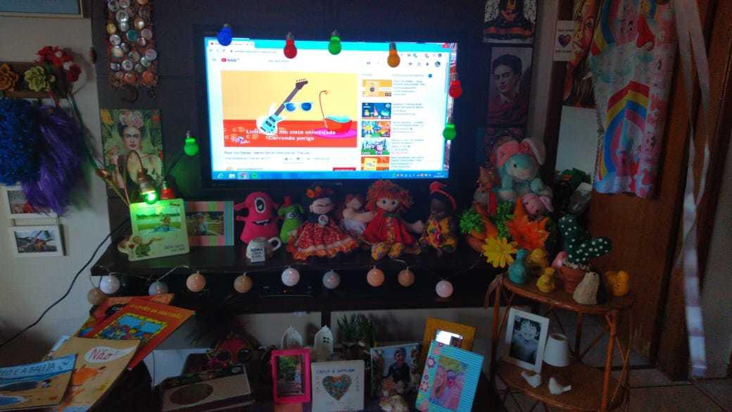 A sala da casa se transformou num mundo lúdico, com bonecos e brinquedos coloridos. (Foto: Arquivo pessoal)