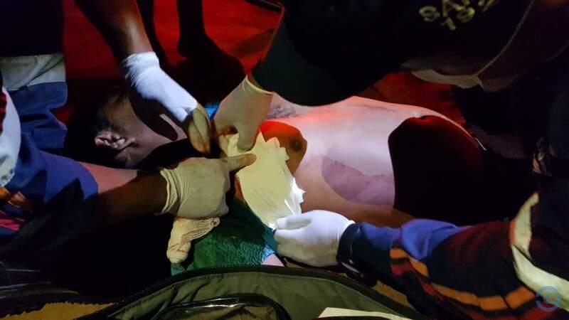Primeiros socorros sendo feitos na vítima. (Foto: PC de Souza)