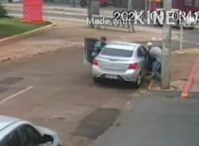 Câmera flagra momento em que homens roubam carro (Foto/Reprodução)