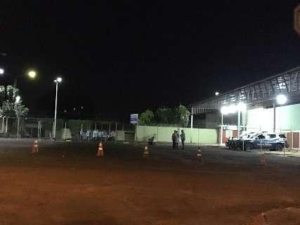 Repatriados da Bolívia são escoltados de ônibus até a Capital