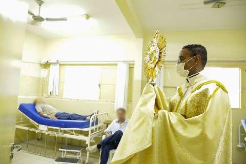 Em tempos de isolamento, procissão diferente leva benção a fiéis católicos
