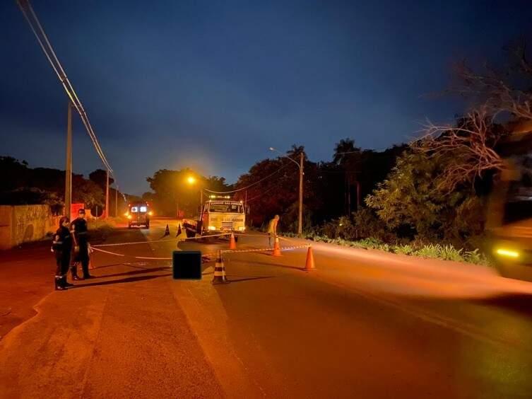 Equipes isolam local onde ocorreu acidente com vítima fatal (Foto: Diário Corumbaense)
