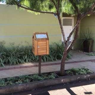 Professora cria casinha de livros na calçada do bairro São Francisco