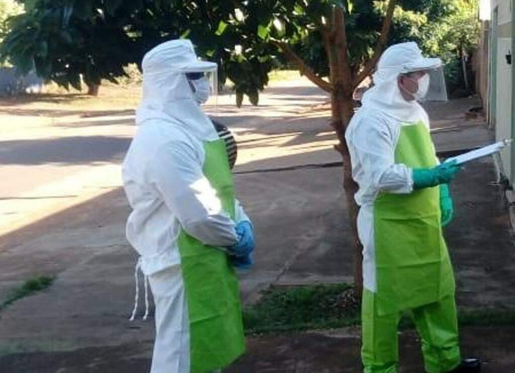 Guardas civis de Ponta Porã conversam com familiares de mulher contaminada com coronavírus que está na UTI (Foto: Divulgação)