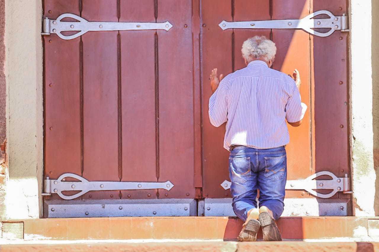 Waldemar Franscico de Carvalho mantém promessa feita há 26 anos e reza na porta da igreja. (Marcos Maluf)