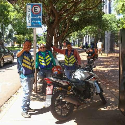 Sobre duas rodas, trio aproveita quietude da cidade para se conhecer