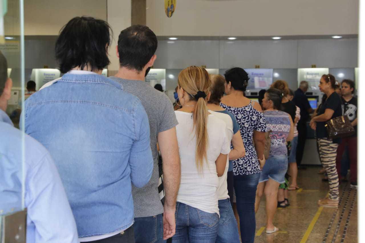 Clientes aguaram atendimento em fila dentro da agência (Foto: Kísie Ainoã)