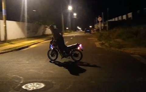Homem faz manobra arriscada com filho em moto e posta vídeo
