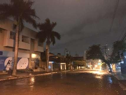Acompanhada de ventos fortes e céu nublado, chuva volta a cair na Capital