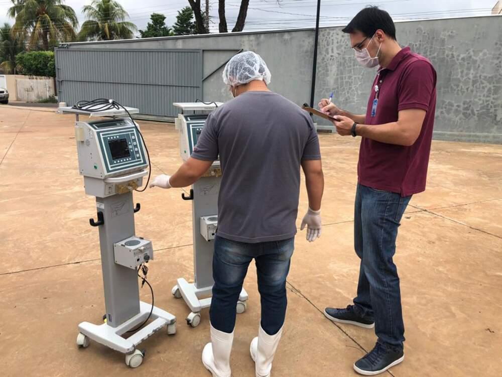 Técnicos do Senai, instituição parceira da ação, inspecionando alguns dos equipamentos. (Foto: Divulgação/Senai)