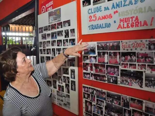 Dona Maria de Almeida Metello mostrando as fotos antigas do clube. (Foto: João Garrigó)