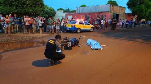 Mulher bate em buraco, cai da moto e tem cabeça esmagada por carreta