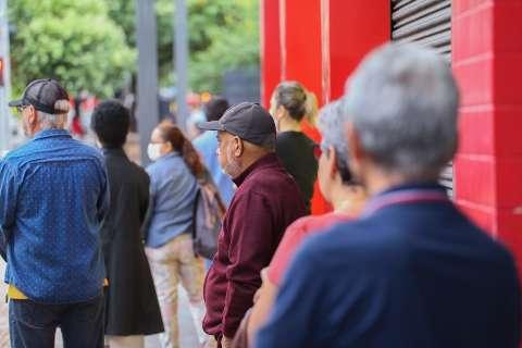 Após 2 semanas de campanha, há mais doses de vacina que idosos na fila