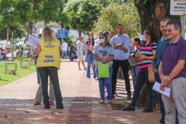 Com cem pessoas na porta, Central do Cidadão reabre atendimento ao público