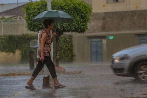 Chuva atravessa madrugada e derruba temperaturas nesta terça em MS
