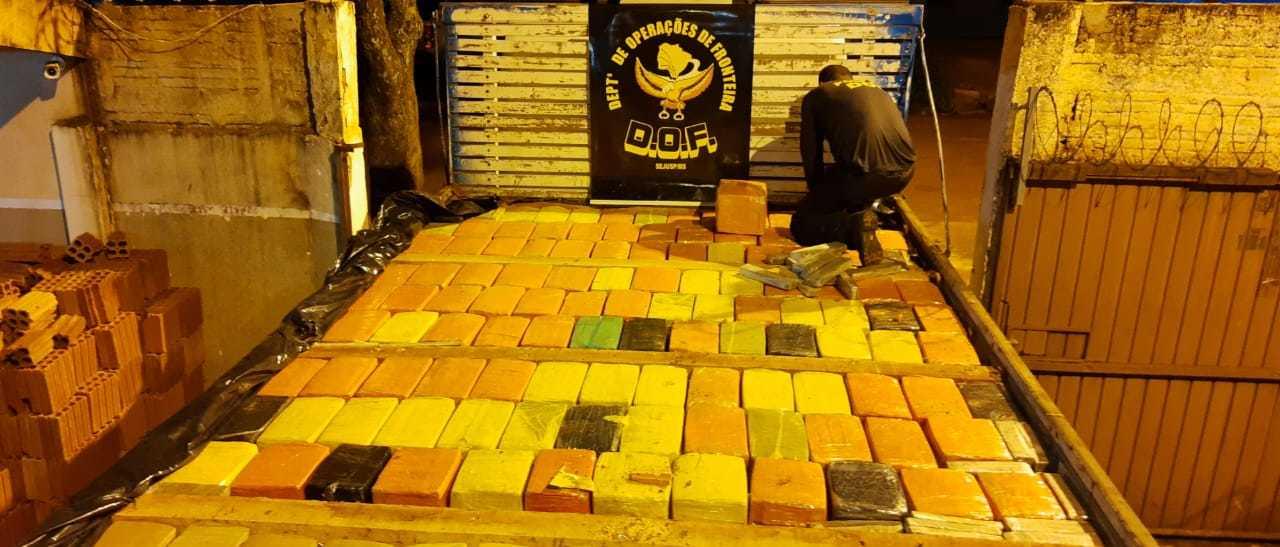 Toneladas de maconha estavam camufladas sob carga de tijolos. (Foto: DOF)