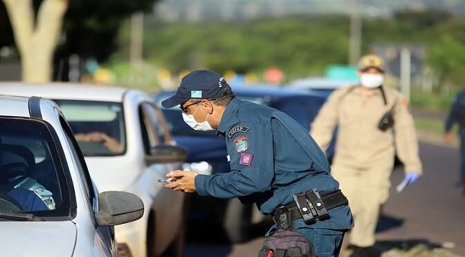 Veículos são parados e ocupantes entrevistados nas barreiras sanitárias (Foto: Governo de MS/Divulgação)