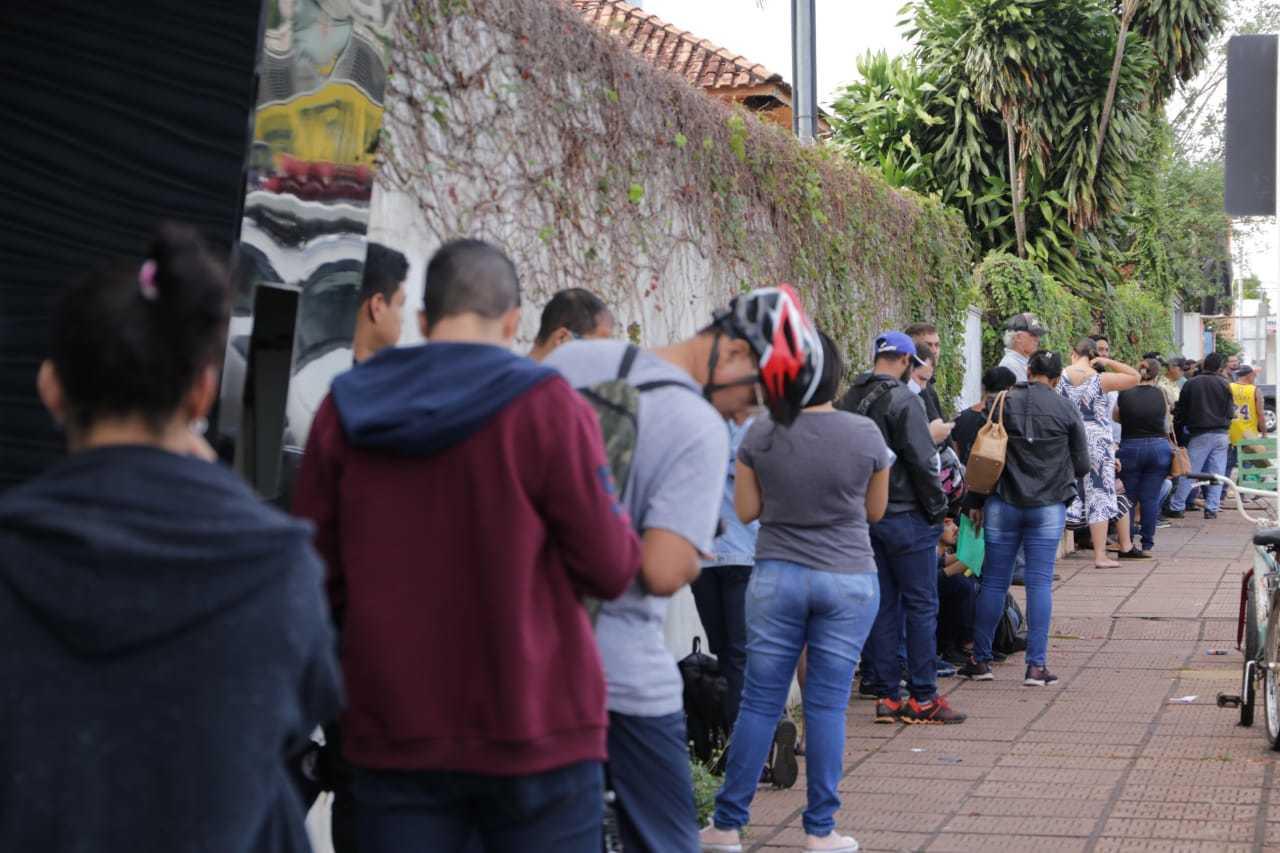 Em busca por emprego, campo-grandenses fazem fila e esquecem do distanciamento mínimo (Foto: Kisie Ainoã)