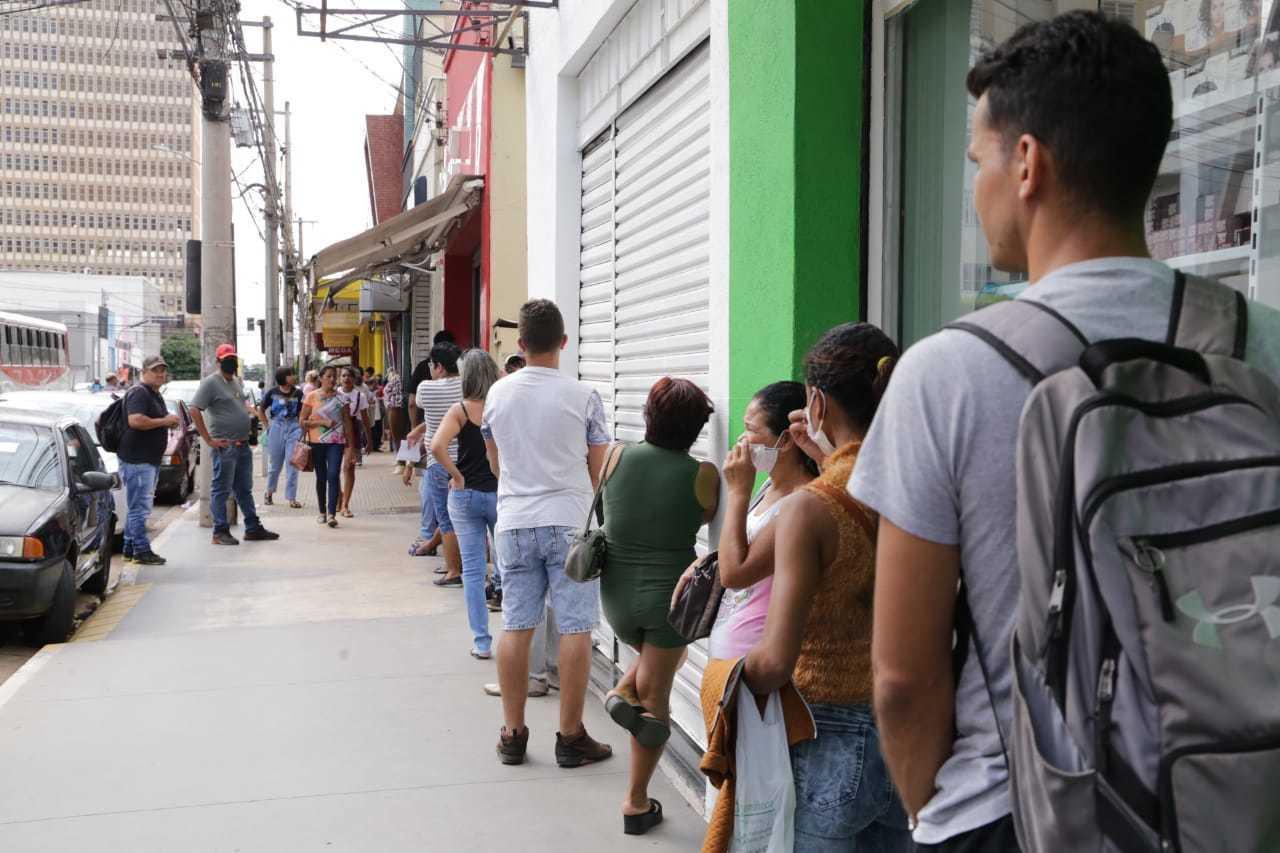 Clientes formam fila para receber atendimento em loja de celulares (Foto: Kisie Ainoã)