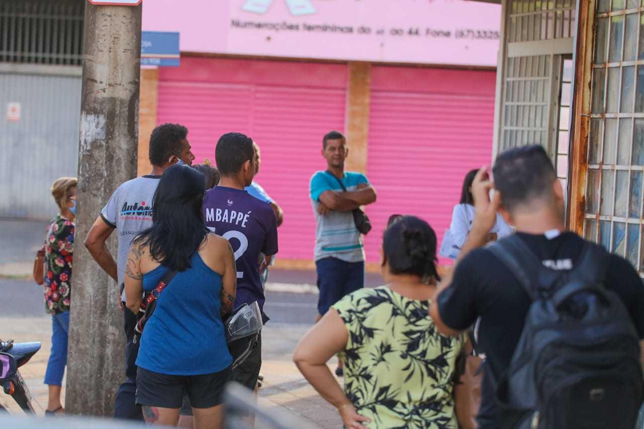 Fila formada por clientes para entrar em casa lotéria (Foto: Marcos Maluf)