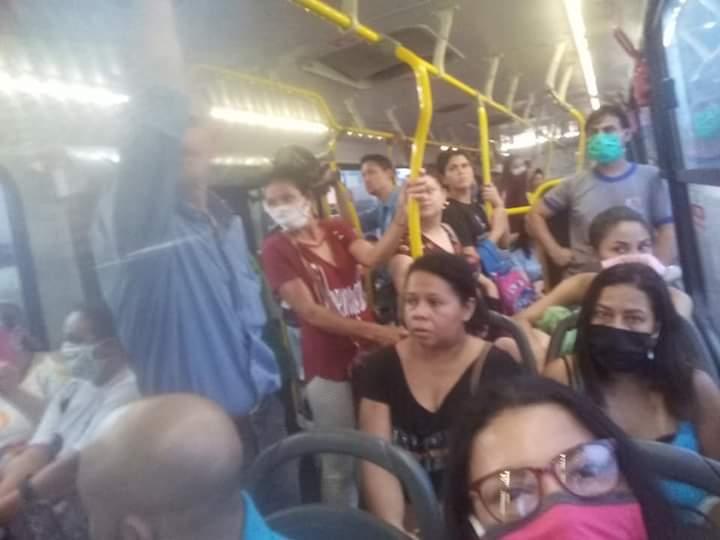 Passageiros se espalharam por ônibus da linha 061 na tarde de ontem (6). (Foto: Direto das Ruas)
