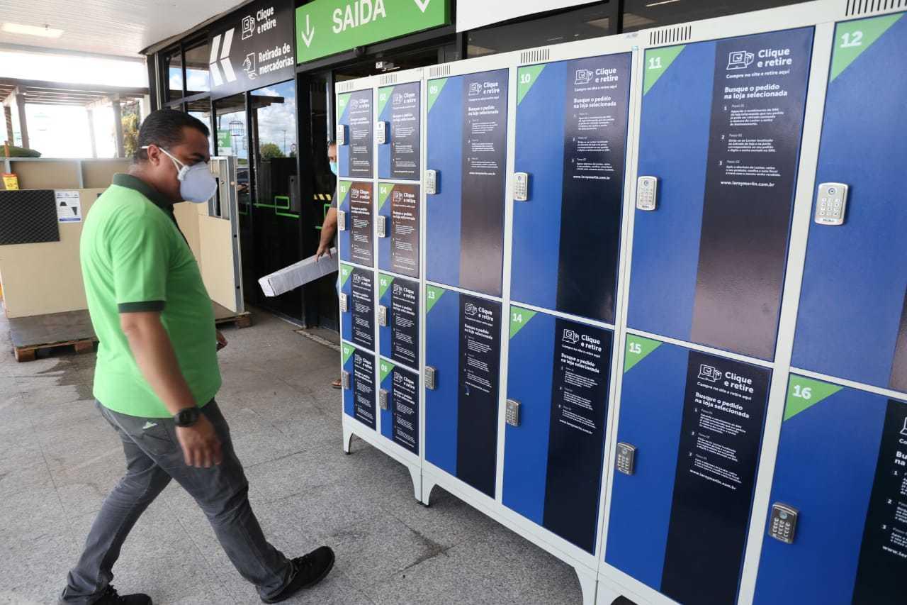 Você pode comprar em casa e retirar os itens em lockers, armários na frente da loja.