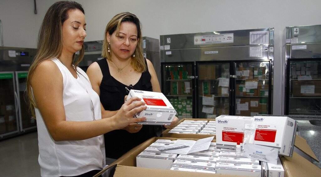 Cada caixa tem 20 testes rápidos que realizam diagnóstico em no máximo 30 minutos (Foto: Saul Schramm/SES)