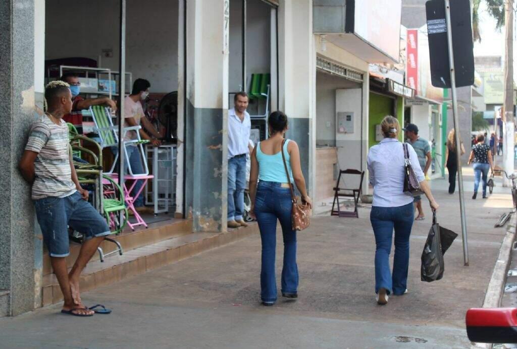 Movimentação de consumidores no Centro de Nova Andrina (Foto: Jornal da Nova)