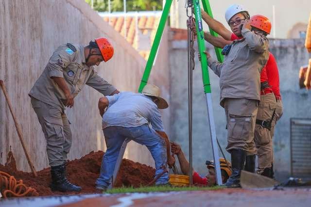 Trabalhador tem parte do corpo soterrado ao cavar fossa no Panorama