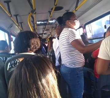 """Todo passageiro sentado """"é lenda"""", reclamam usuários no 3º dia de ônibus cheios"""