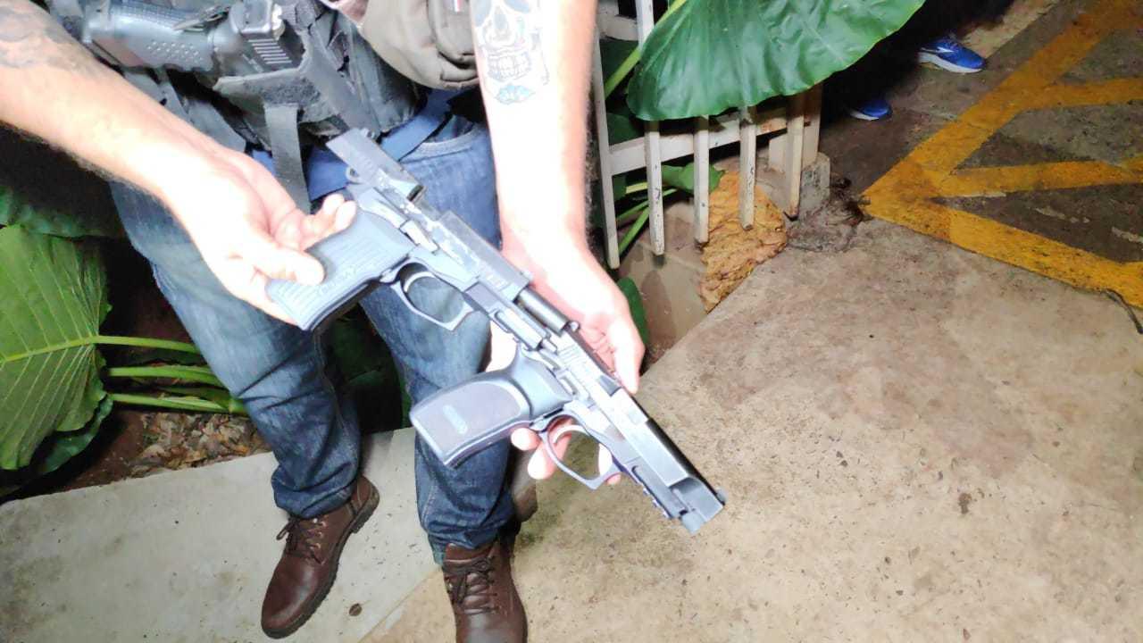 Pistolas apreendidas com a dupla. (Foto: Adilson Domingos)