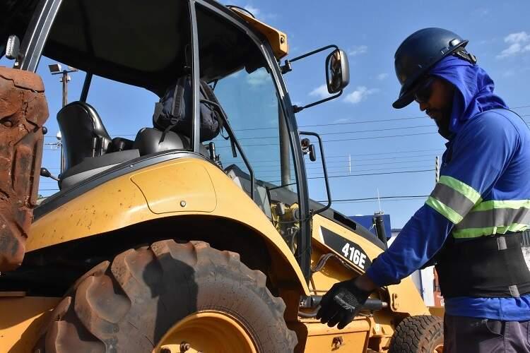 Funcionário da Águas Guariroba, responsável pelo saneamento em Campo Grande, se prepara para obra (Foto: Águas Guariroba/Divulgação)