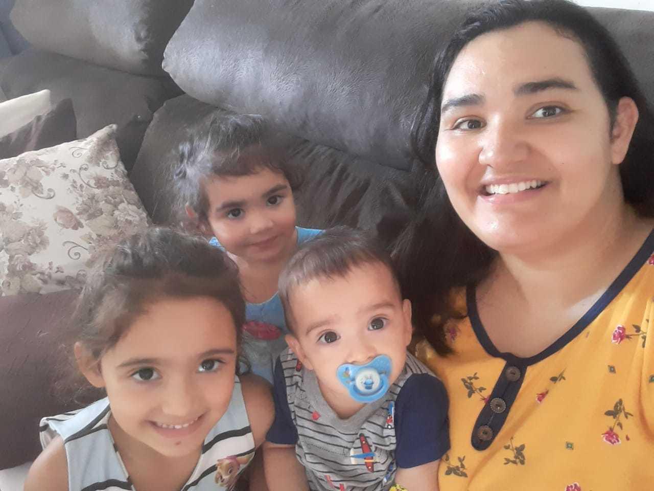 A assistente social Bárbara e os três filhos isolados em casa, em Batayporã (Foto: Arquivo pessoal)