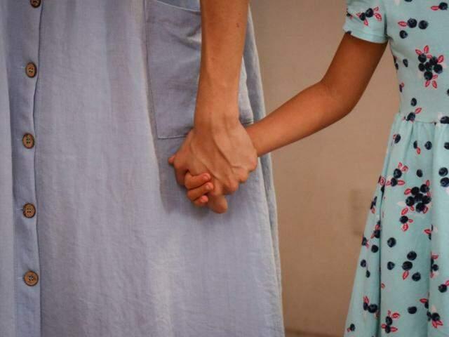 Na justiça, procura dar as mãos às crianças quando se trata de guarda compartilhada. (Foto: Arquivo/Henrique Kawaminami)