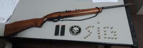 Com medo de assalto, caseiro atira em dupla e é preso com espingarda e munições