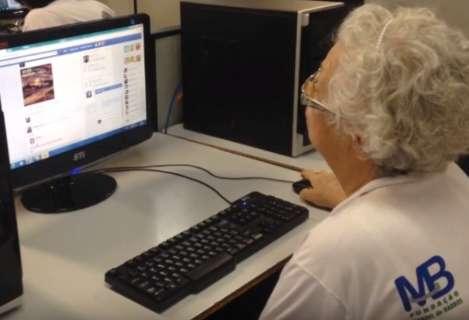 Já que é para ficar em casa, vamos ensinar os idosos a usar aplicativos