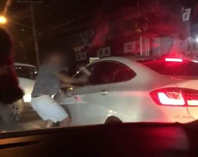 Motorista deixa carro no meio da rua agredir o outro condutor que não sai de veículo (Foto: Direto das Ruas)
