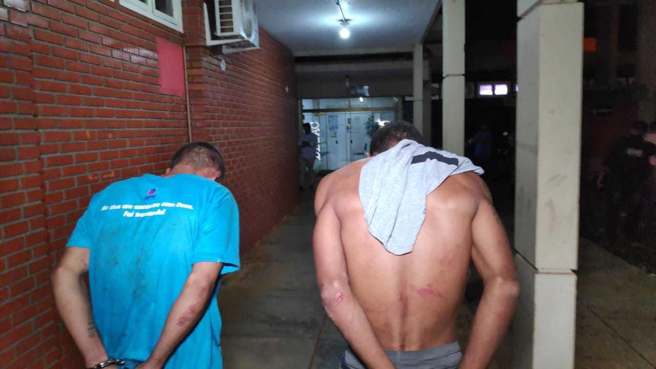 Bandidos presos ontem à noite após tentar matar rival de facção criminosa para vingar companheiros (Foto: Adilson Domingos)