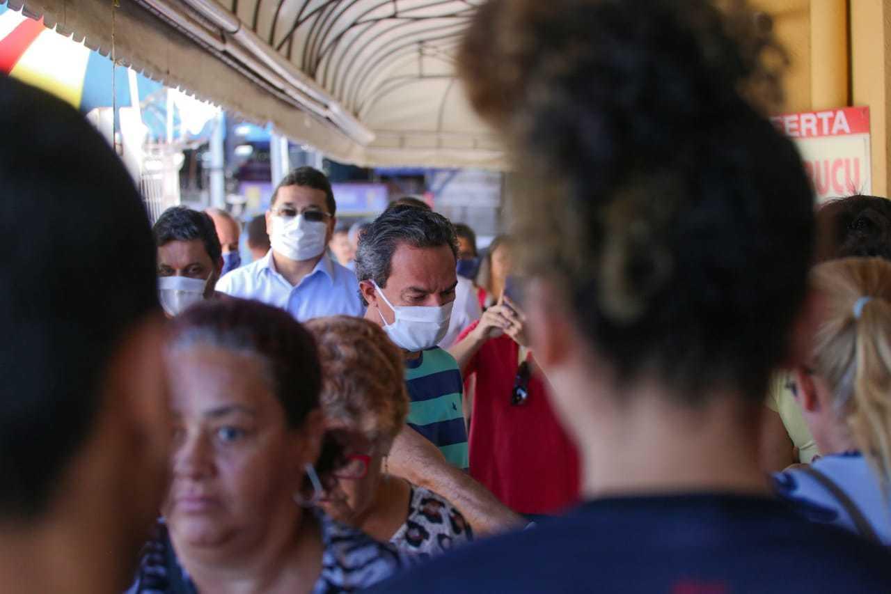 Prefeito (camisa listrada) em meio aos consumidores no Mercadão Municipal (Foto: Marcos Maluf)
