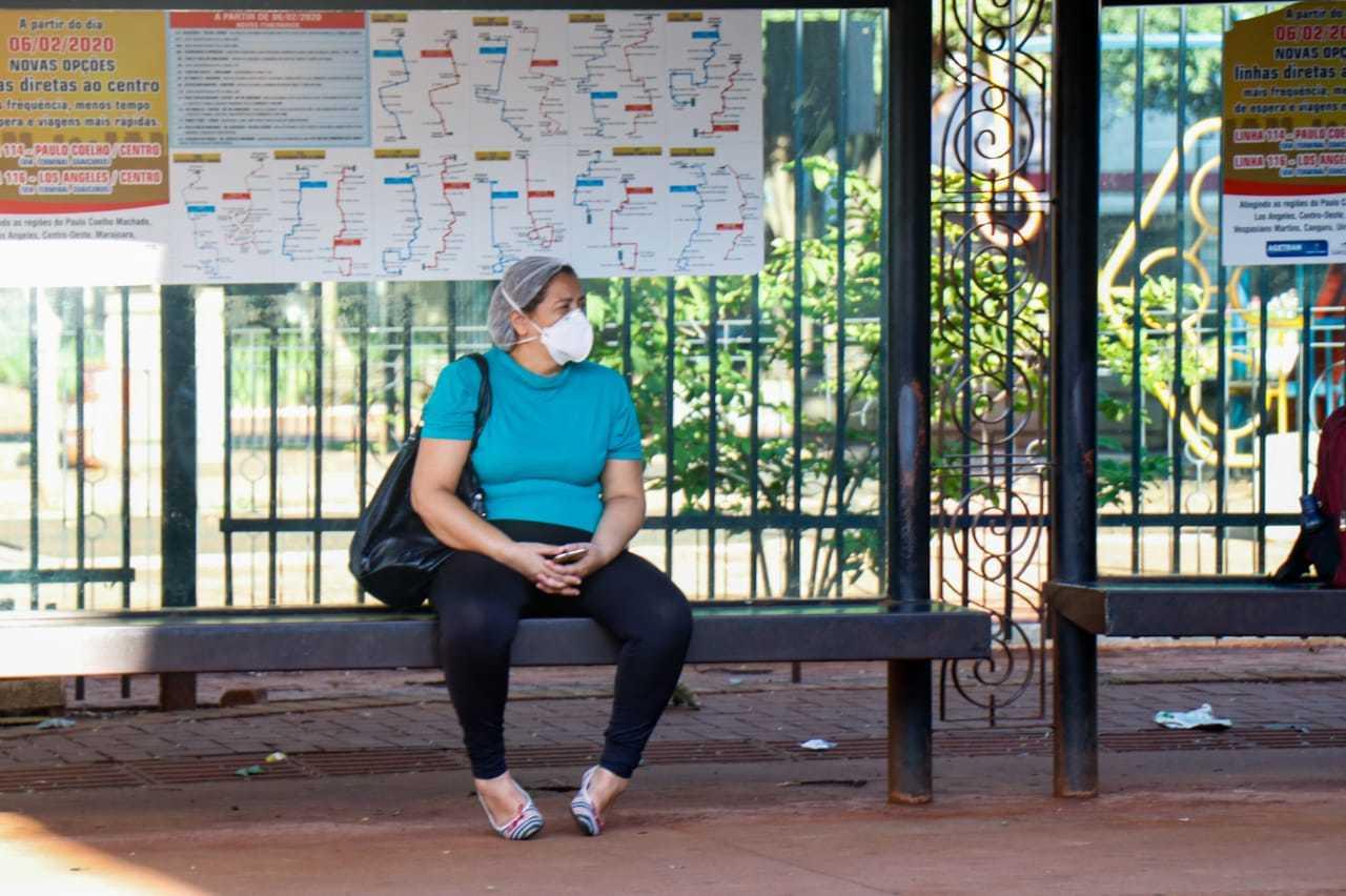 Mulher de máscara aguarda ônibus no Centro de Campo Grande (Foto: Henrique Kawaminami/Arquivo)