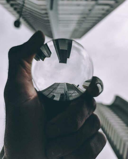 """A esfera de vidro maciça é o novo """"brinquedo"""" do fotógrafo, apaixonado por prédios. (Foto: Reprodução/Instagram)"""