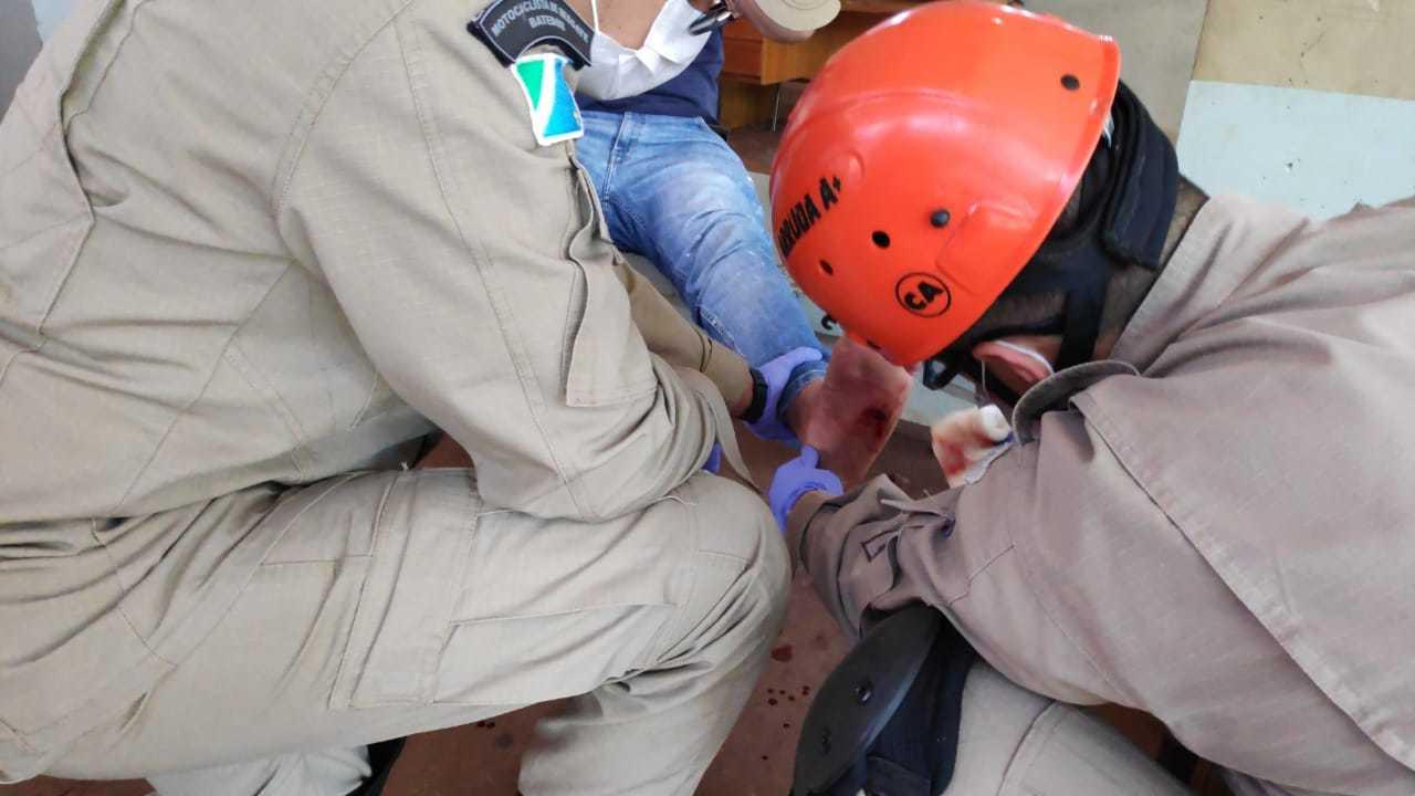 Bombeiros atendem homem que foi atingido com tiro no pé, hoje em Dourados (Foto: Adilson Domingos)