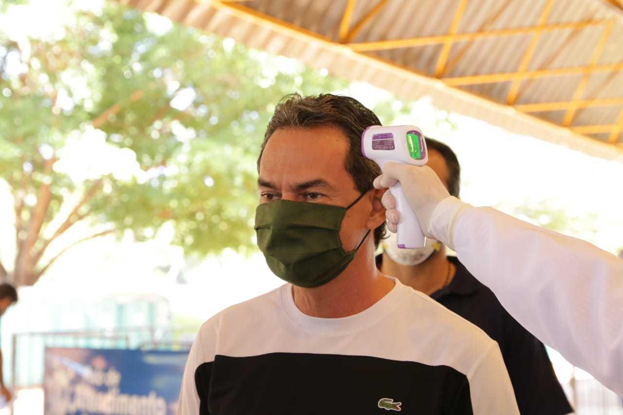 Prefeito Marquinhos Trad tem temperatura aferida durante abertura de hospital da campanha. (Foto: Kisie Ainoã)