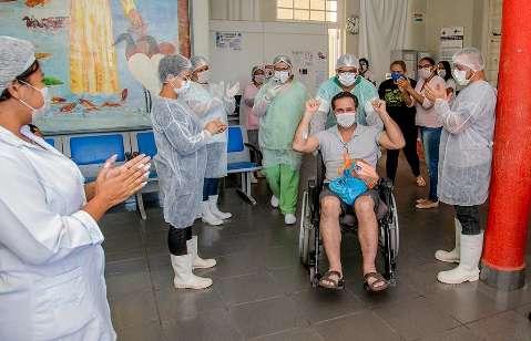 Paciente de covid tem alta e promete voltar a hospital como voluntário