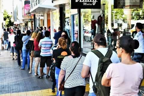 Mesmo com multidão nas ruas, prefeitura não vai fechar comércio