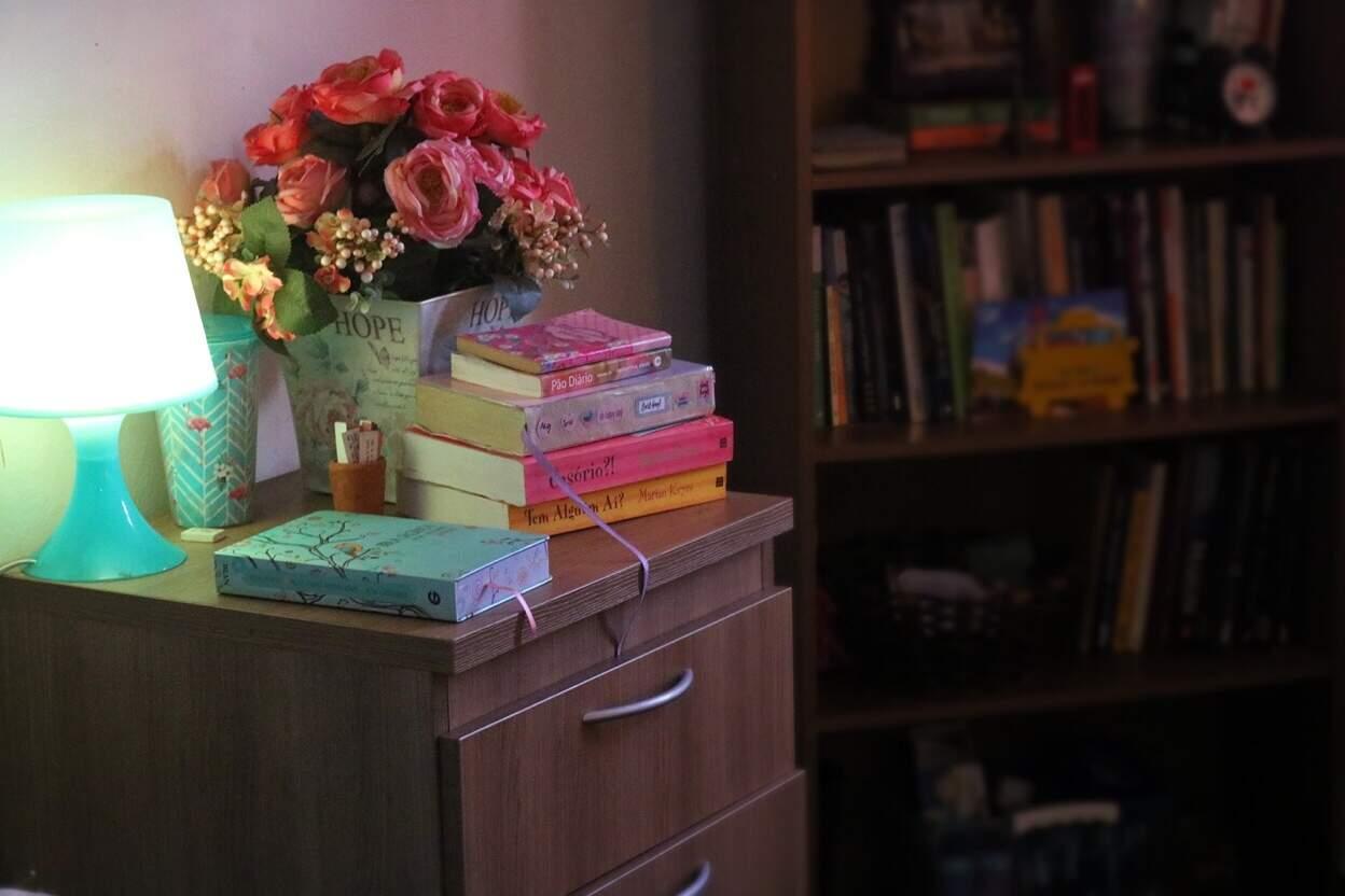 Esse é o cantinho de Pricielle, cheio de cores para as horas de trabalho. (Foto: Pricielle Ferreira)